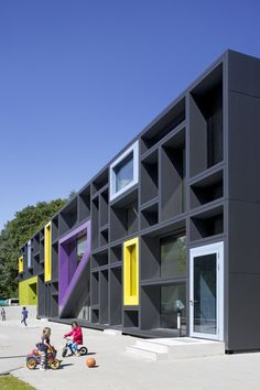 Beiersdorf AG 기업의 이미지를 연장한다. Hamburg-Eimsbüttel, 바이어스도르프의 작은 도시내 직원들을 위한 (그들의 자녀들을 위한) 2층 높이의 영유야 데이케어 센터는 철저히 아이들의 눈높이로 디자인된다. 극도로 절제된 사각형태, 구조중심부에 자리한 다목적실을 기점으로 다양한 놀이공간과 이벤트공간을 확보한다. 디자인의 모티브는 기업의 역사로 부터 시작, 약상자를 연상시키는 아기자기한 패턴을 구현한다. 이..
