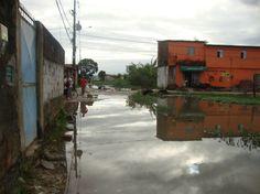 A falta de saneamento básico atinge milhões de brasileiros, como aponta os últimos dados do SNIS 2013. Menos da metade dos brasileiros estão conectados às redes de coleta de esgotos e apenas 39% dos esgotos gerados são tratados. Além disso, há mais de 30 milhões sem acesso à água tratada. A carência do saneamento básico atinge a todos, mas é certo que os maiores impactos estão nas famílias de baixa de renda, muitas delas residentes em locais denominados áreas irregulares.