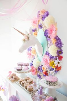 Fab party theme for little girls or big girls who haven't stopped dreaming: unicorn decoration. THIS IS AMAZING Half Birthday, Unicorn Birthday Parties, Girl Birthday, Diy Valentine's Pillows, Babyshower Party, Diy Hanging, Decoration, Party Planning, Party Time