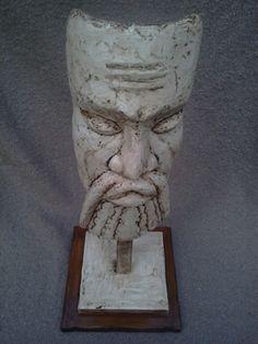 XINESSE MARFIL Tela metálica moldeada revestida con yeso,  pintada en blanco con pátina de envejecido y acabado barniz transparetente mate resistente. Base en DM barnizado con tinte nogal.