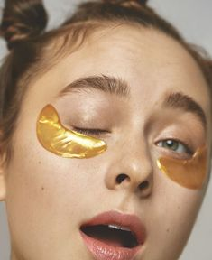 Using an Under-Eye Mask is one of the most effective ways to stay young and look young. ICONIC FASHION Why Use Eye Masks? Moisturizing Face Mask, Hydrating Mask, Full Face Mask, Best Face Mask, Under Eye Mask, Sagging Skin, Makeup Photography, Aesthetic Makeup, Physical Therapy