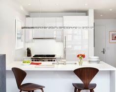 Cozinha modulada com moveis laqueados em branco.