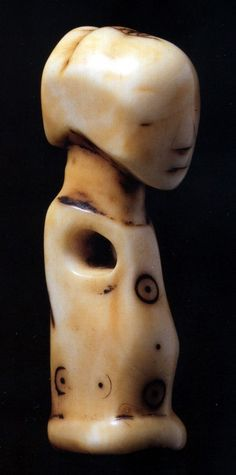 An ivory Luba mikisi mihasi pendant. Image by Paul Lois.