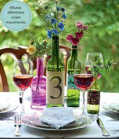 Decoração: garrafas de vidro como vasos de flores