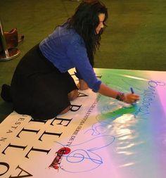 Isabella Castillo en el Yeni de Unicenter en la firma de autógrafos firmando una gigantografía
