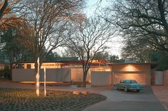 Steinbomer, Bramwell and Vrazel Architects/Photography Coles Hairston This Austin, Texas, home is an example of Joseph Eichler's i...