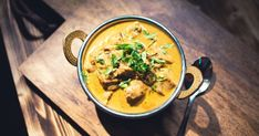 Cuisinez un délicieux poulet au cari de la région de Chettinad dans le sud de l'Inde. Indian Food Recipes, Ethnic Recipes, Coco, Thai Red Curry, Recipies, Food La, Chicken Rice, Cooker Recipes