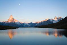 Matterhorn Bis auf 4478 Höhenmeter über dem Meeresspiegel erhebt sich das Matterhorn. Aufgrund seiner markanten Form gilt der Berg als eins der Wahrzeichen der Schweiz. Die Südwand liegt bereits auf italienischem Staatsgebiet