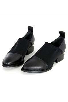 This pair of flats has been crafted in leather and rubber, featuring pointed toe with blocked heel, rubber sole detail, elegant and fashion.$128