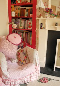Love the pillows in this chair. Shabby Chic Dining, Shabby Chic Fabric, Shabby Chic Living Room, Shabby Chic Interiors, Shabby Chic Bedrooms, Shabby Chic Cottage, Shabby Chic Homes, Shabby Chic Furniture, Shabby Chic Decor