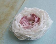 Hochzeit Haar Blume entworfen, Voile, Satin und Tüll. Die Mitte-Blütenblätter…