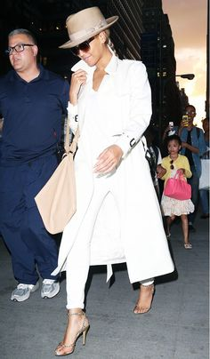 Beyonce - white t-shirt, skinny jeans, a white trench coat, metallic heels, and a fedora Celebrity Outfits, Celebrity Style, White Trench Coat, Cozy Winter Outfits, Christian Louboutin So Kate, Inspiration Mode, Classy And Fabulous, White Outfits, Womens Fashion