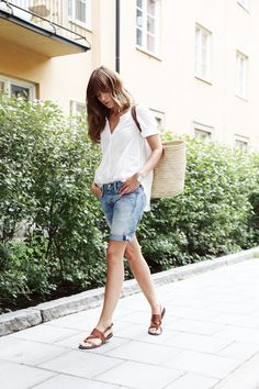 So I don't really like knee shorts but I think I need a pair like this for days at Tafa that are just too hot to wear jeans. Summer Fashion Outfits, Cute Summer Outfits, Short Outfits, Spring Summer Fashion, Summer Tunes, Meg Meg, Bermuda Shorts Outfit, Modest Shorts, Long Jean Shorts