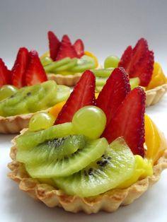 Minitarte cu fructe si crema de vanilie - simonacallas Romanian Food, Fruit Salad, Deserts, Dessert Recipes, Food And Drink, Strawberry, Sweets, Candy, Vegan