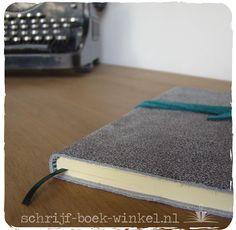 A5 notitieboek met handgemaakte kaft van grijs craquelé leer. Nog beschikbaar, mail info@schrijf-boek-winkel.nl