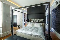 offenes Schlafzimmer Wand aus Holz als Raumteiler Himmelbett