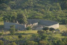 Great Zimbabwe, built between 11th & 15th century, oldest stone city south of Sahara, Masvingo Province, Simbabwe. On a plateau,1100 m altitude, natural protection from sleeping sickness. Astrogeo pos.:located in highly magnetic royal fire sign Leo sign of capitals and in air sign Gemini sign of road crossings, technology, communication, learning, language, bringing opposites together. Field level 2.