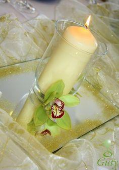 Svadobná výzdoba sviečka s orchideou a zrkadlom. Wedding decorations centerpieces