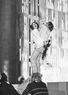 Peter Mayhew, otherwise sometimes known as the man behind Chewbacca, has released some pretty epic behind-the-scenes pics from Star Wars on his Twitte. Star Wars Film, Star Wars Episódio Iv, Star Wars Cast, Peter Mayhew, Carrie Fisher, Chewbacca, Mark Hamill, Harrison Ford, Por Tras Das Cameras