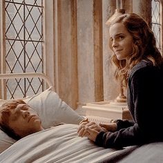 Ron & Hermione right after he says Hermione's name in his sleep and poor Lavender breaks down. bahaha I love it! Hermione Granger, Harry Potter Hermione, Harry Potter Films, Rose Granger Weasley, Harry Potter Ships, Harry Potter Fandom, Harry Potter World, Voldemort, Ravenclaw