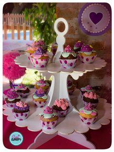 Torre de muffins decorados (se alquila el contenedor por separado, madera blanca laqueada).
