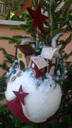 @ mini mondo natalizio,feltro e pannolenci, Not Christmas themed, make mini worlds on spheres Christmas Globes, Christmas Makes, Christmas Tree Ornaments, Christmas Wreaths, Christmas Crafts, Felt Christmas Decorations, Christmas Themes, Diy Weihnachten, Felt Ornaments