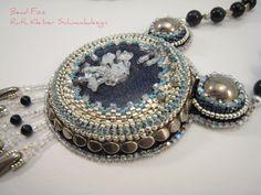 Blaufluss Halskette mit Perlenstickerei Anhänger Kette von BeadFizz