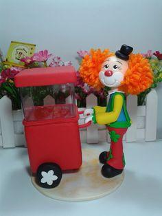 Uma bela carroça de pipoca com um charmoso palhacinho trazendo alegria a mesa de seus convidados. Circus Birthday, Birthday Party Themes, Biscuits, Circus Art, I Card, Fondant, Origami, Alice, Clay