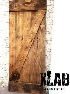 Barn Doors porta scorrevole vintage in legno massello, realizziamo porte scorrevoli su misura. Ogni porta viene costruita e personalizzata per il cliente. Le barn doors sono vecchie porte dei fienili, adesso rivisitate in chiave moderna per essere adattate con qualsiasi stile.  In questa offerta proponiamo il modello Cascina Vintage in legno massello di abete, tavole massicce con decorazione eff