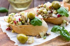 Farmer Bruschetta - A delicious and healty snack made with garden products. The complete recipe on our website Low Carb Food List, Low Carb Recipes, Cooking Recipes, Bruschetta, Pesto, Catering, Avocado, Food Articles, Healthy Eating For Kids