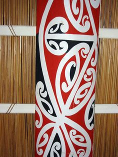 KOWHAIWHAI is a type of ornamental Māori art that uses elaborate scroll patterns. Maori Words, Maori Patterns, Flax Weaving, Maori Designs, Maori Art, Memorial Museum, Scroll Pattern, Amazing Race, Sugar Craft
