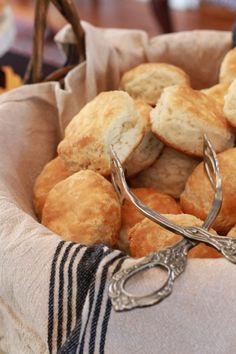 How to host a Biscuit Bar - Southern Bite - Brunch - # Sandwich Bar, Roast Beef Sandwich, Biscuit Sandwich, Sandwiches, Breakfast Catering, Breakfast Buffet, Prayer Breakfast, Breakfast Casserole, Biscuit Bar