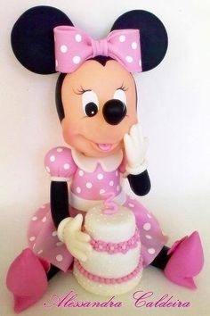 Sitting Minnie Mouse Cake by Alessandra Caldeira