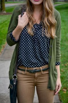 Tan skinnies, black and white polka dot shirt and olive sweater. Casual and comfy but still stylish for long days on-campus studying Mode Outfits, Fall Outfits, Casual Outfits, Fashion Outfits, Womens Fashion, Office Outfits, Fashion Clothes, Casual Dresses, Look Chic