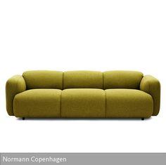 """Organische Rundungen prägen die Optik des Sofas """"Swell"""" von Normann Copenhagen. Die großzügige Polsterung mit weichem Textilbezug macht den Dreisitzer zu…"""