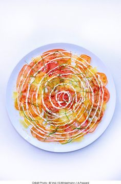 Tomato carpaccio, fresh cream with four spices and sorrel - - Trend Appetizer Fine Dining 2019 Clean Recipes, Raw Food Recipes, Food Plating Techniques, Dessert Restaurants, Keep Food Warm, Dinner Party Menu, Fresh Cream, French Food, Side Dishes Easy