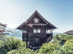Just another day at this beautiful holiday home above lake lucerne, now an official member of our Pretty Hotels family - see the whole… Cottage Living, Cottage Homes, Underground Homes, European House, Cabins And Cottages, Cabins In The Woods, Little Houses, Bird Houses, Beach House
