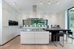 Weitreichender Blick auf die komplette Küche und anliegendem Esstisch