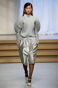 A Vetements e seus looks oversized são como um tsunami de influência na moda de... Mais