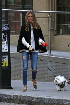 Jeans, camisa, capa y bailarinas. Olivia perfecta como siempre. Más