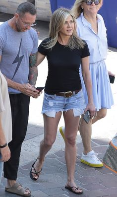 Jennifer Aniston: Making Flip-Flops Look Chic Since Jennifer Aniston Legs, Jennifer Aniston Pictures, Jennifer Aniston Workout, Short Outfits, Summer Outfits, Casual Outfits, Army Pants Outfit, Gray Shorts Outfit, Jeniffer Aniston