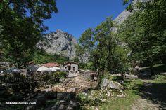 Bulnes, pueblo de los Picos de Europa #Asturias. Peaks of Europe [Más info] https://www.desdeasturias.com/bulnes-picos-de-europa/