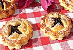 Szilvalekváros ravioli kalácskák Hungarian Recipes, Hungarian Food, Ravioli, Creative Food, Bagel, Doughnut, Quiche, Nom Nom, Cake Recipes