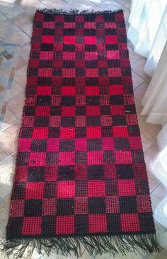 Perinteisten raitojen lisäksi mattoon voi tehdä myös ruutuja Woven Rug, Woven Fabric, Loom Weaving, Hand Weaving, Rya Rug, Rug Inspiration, Recycled Fabric, Weaving Techniques, Rugs On Carpet