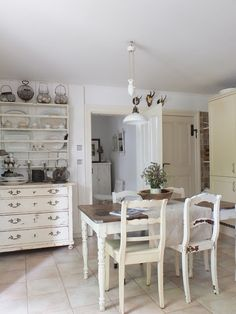 White dining room except with wood floors Rustic Country Kitchens, Farmhouse Style Kitchen, Shabby Chic Kitchen, Home Decor Kitchen, Country Chic, Kitchen Dining, Cozinha Shabby Chic, Dining Area, Dining Rooms
