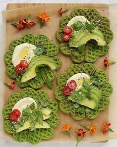 Waffles saludables de espinaca con palta, tomate y albahaca | Notas | La Bioguía