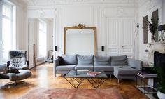 Un grand salon parisien, canapé vintage, table basse Alanda B&B Italia, sur The Socialite Family.