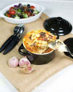 Griekse moussaka met gekruid gehakt, aubergines en bechamelsausin een eenpersoonspannetje.