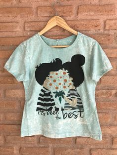 ea8e7d23f T-shirt descolada estampa exclusiva casal com flores. R 59