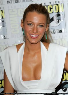 Blake Lively shows her breasts at Comic-Con for Green Lantern with Ryan Reynolds Blake Lively Wedding, Blake Lively Style, Most Beautiful Women, Beautiful People, Best Testosterone, Star Wars, Gorgeous Body, Serena Van Der Woodsen, Ryan Reynolds